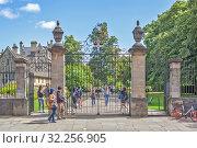 Ворота со стороны улицы St. Aldates, ведущие в парк колледжа Крайст-черч. Оксфорд. Великобритания (2019 год). Редакционное фото, фотограф Сергей Афанасьев / Фотобанк Лори