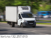 Truck goes on a city street. Стоковое фото, фотограф Юрий Бизгаймер / Фотобанк Лори