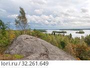 Купить «Скала Руллалахденвуори на острове Кильпола с видом на Ладожское озеро. Карелия», фото № 32261649, снято 22 сентября 2018 г. (c) Румянцева Наталия / Фотобанк Лори