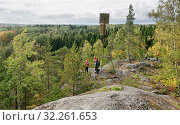 Купить «Люди фотографируют природу Карелии со скалы Руллалахденвуори на острове Кильпола», фото № 32261653, снято 22 сентября 2018 г. (c) Румянцева Наталия / Фотобанк Лори