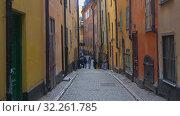 Вид на узкую старинную улицы в старом городе. Стокгольм, Швеция (2019 год). Редакционное видео, видеограф Виктор Карасев / Фотобанк Лори