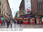 Купить «Christmas fair stalls are next to building of the Stockmann. It is one of the largest department stores in Europe and a central landmark in downtown. Helsinki, Finland», фото № 32261997, снято 29 декабря 2018 г. (c) Кекяляйнен Андрей / Фотобанк Лори