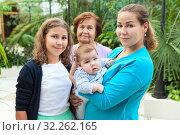 Купить «Портрет семьи, состоящей из бабушки, матери, дочери и младенца.», фото № 32262165, снято 31 августа 2019 г. (c) Кекяляйнен Андрей / Фотобанк Лори