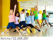 Children dancing choreography with female coach. Стоковое фото, фотограф Яков Филимонов / Фотобанк Лори