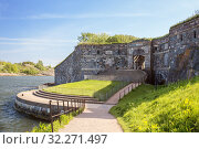 Купить «Suomenlinna Fortress (or Sveaborg), King's Gate and pier, Helsinki, Finland», фото № 32271497, снято 23 мая 2019 г. (c) Юлия Бабкина / Фотобанк Лори