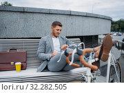 Businessman with bike reading newspaper on bench. Стоковое фото, фотограф Tryapitsyn Sergiy / Фотобанк Лори