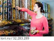 Купить «Woman posing to photographer picking different candies», фото № 32283289, снято 22 марта 2017 г. (c) Яков Филимонов / Фотобанк Лори