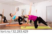 Group lesson on hatha yoga in the studio. Стоковое фото, фотограф Яков Филимонов / Фотобанк Лори