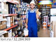Купить «Master buying paint and tools», фото № 32284969, снято 13 сентября 2017 г. (c) Яков Филимонов / Фотобанк Лори
