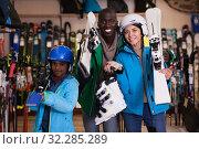 Multiracial family posing in skiing gear. Стоковое фото, фотограф Яков Филимонов / Фотобанк Лори