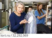 Купить «Woman disagree with price of service», фото № 32292069, снято 22 января 2019 г. (c) Яков Филимонов / Фотобанк Лори