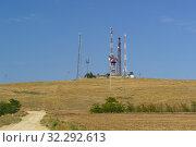 Вышки с антеннами и передатчиками на небольшом холме. Солнечный летний день. Стоковое фото, фотограф Наталья Гармашева / Фотобанк Лори