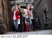 Купить «Family reading city map outdoors», фото № 32295477, снято 21 ноября 2019 г. (c) Яков Филимонов / Фотобанк Лори