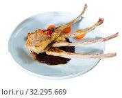 Купить «Roasted rack of mutton with berry sauce and carrot», фото № 32295669, снято 22 октября 2019 г. (c) Яков Филимонов / Фотобанк Лори