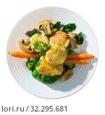 Купить «Cooked baked crash hot potatoes with mushrooms and vegetable», фото № 32295681, снято 22 октября 2019 г. (c) Яков Филимонов / Фотобанк Лори