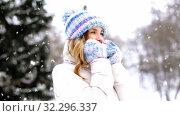 Купить «portrait of happy smiling woman outdoors in winter», видеоролик № 32296337, снято 22 января 2020 г. (c) Syda Productions / Фотобанк Лори