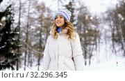 Купить «happy smiling woman walking along winter park», видеоролик № 32296345, снято 13 ноября 2019 г. (c) Syda Productions / Фотобанк Лори