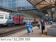 Купить «Пассажиры, бегущие на электричку», фото № 32299165, снято 3 августа 2015 г. (c) Алёшина Оксана / Фотобанк Лори