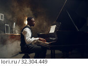 Купить «Black grand piano player, jazz performance», фото № 32304449, снято 2 августа 2019 г. (c) Tryapitsyn Sergiy / Фотобанк Лори