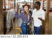 Купить «Couple of farmers discussing with expression», фото № 32305613, снято 2 октября 2018 г. (c) Яков Филимонов / Фотобанк Лори