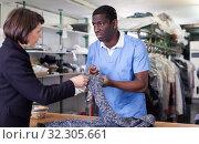 Купить «Manager of laundry working with woman client», фото № 32305661, снято 15 января 2019 г. (c) Яков Филимонов / Фотобанк Лори