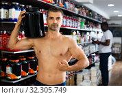 Купить «Shirtless man posing in sport supplements shop», фото № 32305749, снято 18 февраля 2020 г. (c) Яков Филимонов / Фотобанк Лори