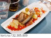 Купить «Roasted scomber with potatoes and carrot», фото № 32305809, снято 22 октября 2019 г. (c) Яков Филимонов / Фотобанк Лори