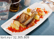 Купить «Roasted scomber with potatoes and carrot», фото № 32305809, снято 25 января 2020 г. (c) Яков Филимонов / Фотобанк Лори