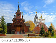 Two churches, old wooden and new stone, of Holy Apostles Constantine and Elena in golden autumn. Moscow, Russia (2019 год). Редакционное фото, фотограф Валерия Попова / Фотобанк Лори