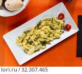 Купить «Scrambled eggs with garlic, shrimp and asparagus», фото № 32307465, снято 21 ноября 2019 г. (c) Яков Филимонов / Фотобанк Лори