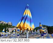 Купить «City beach in the resort area in Becici, Budva», фото № 32307993, снято 11 июня 2019 г. (c) Володина Ольга / Фотобанк Лори