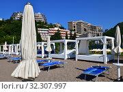 Купить «City beach in the resort area in Becici, Budva», фото № 32307997, снято 11 июня 2019 г. (c) Володина Ольга / Фотобанк Лори