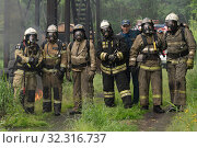 Купить «Fire brigade of Fire Department of Federal Fire Service in Kamchatka during fire extinguishing, training to overcome fire zone of psychological training for firefighters», фото № 32316737, снято 7 августа 2019 г. (c) А. А. Пирагис / Фотобанк Лори