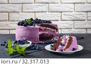 Купить «festive cake, blueberry and blackberry sponge cake», фото № 32317013, снято 13 июля 2019 г. (c) Oksana Zh / Фотобанк Лори