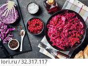 Danish Red Cabbage in a bowl, close-up. Стоковое фото, фотограф Oksana Zh / Фотобанк Лори