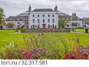 Купить «The Johnstown Estate на фоне цветов. Энфилд, Ирландия», фото № 32317581, снято 20 августа 2019 г. (c) Сергей Афанасьев / Фотобанк Лори