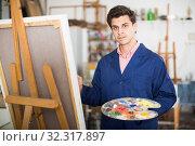 Купить «Male artist drawing in studio», фото № 32317897, снято 8 апреля 2017 г. (c) Яков Филимонов / Фотобанк Лори