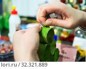 Процесс изготовления новогодней елки из бумажных колец. Стоковое фото, фотограф Вячеслав Палес / Фотобанк Лори
