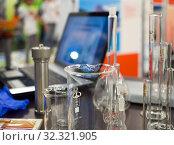 Использование ноутбука при анализе химического состава жидкости (2019 год). Редакционное фото, фотограф Вячеслав Палес / Фотобанк Лори