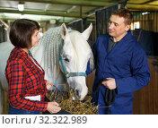 Купить «Workers feeding roan horse», фото № 32322989, снято 26 ноября 2018 г. (c) Яков Филимонов / Фотобанк Лори