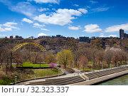 Купить «Point State Park lawn and embarkment, Pittsburg US», фото № 32323337, снято 26 апреля 2018 г. (c) Сергей Новиков / Фотобанк Лори