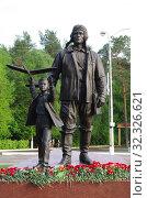 Купить «Цветы, возложенные к памятнику «Авиаторы» в Жуковском», фото № 32326621, снято 10 мая 2019 г. (c) Natalya Sidorova / Фотобанк Лори