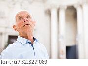 Купить «Man observing museum exposition», фото № 32327089, снято 9 июня 2018 г. (c) Яков Филимонов / Фотобанк Лори