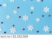 Купить «white snowflakes and berries on blue background», фото № 32332569, снято 26 сентября 2018 г. (c) Syda Productions / Фотобанк Лори
