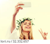 Купить «woman taking smartphone selfie and showing peace», фото № 32332657, снято 31 июля 2016 г. (c) Syda Productions / Фотобанк Лори