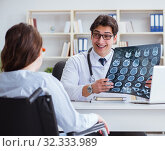 Doctor explaining to patient results of x-ray imaging. Стоковое фото, фотограф Elnur / Фотобанк Лори