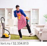 Купить «Contractor man cleaning house doing chores», фото № 32334813, снято 13 марта 2018 г. (c) Elnur / Фотобанк Лори