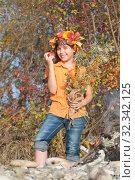Купить «Девочка в венке из осенних листьев с букетом и яблоком в руках», фото № 32342125, снято 26 октября 2019 г. (c) WalDeMarus / Фотобанк Лори