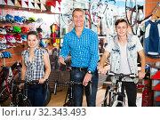 Father with teenager asking female seller. Стоковое фото, фотограф Яков Филимонов / Фотобанк Лори