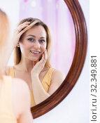 Купить «loking at mirror», фото № 32349881, снято 5 июля 2020 г. (c) Яков Филимонов / Фотобанк Лори